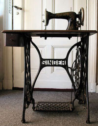250pxsinger_sewing_machine_table1